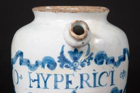 White and blue apothecary jar with a spout and the name 'O HYPERICI'