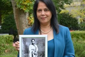 Dr Asha Kasliwal holding a photograph of Dr Anandibai Gopal Joshi